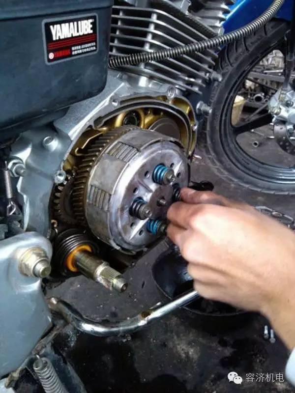 摩托车怎样调离合间隙