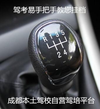 刹车减速会自动降档)停车熄火时:踩刹车拉手刹挂入p档等红灯的时:踩
