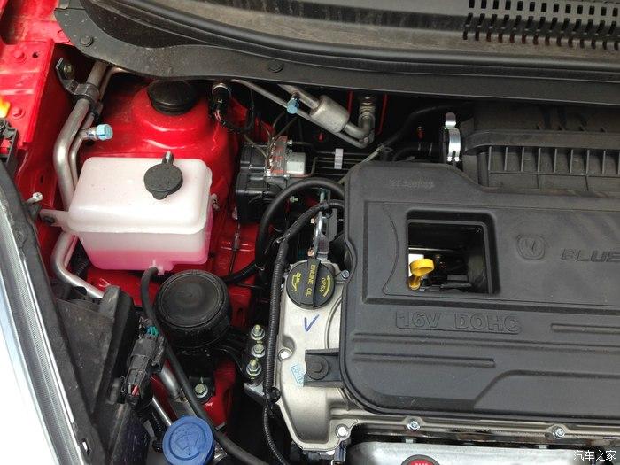汽车冷却液检查是从小水壶(溢水壶)看的,上面有二个刻度,水保持在二条