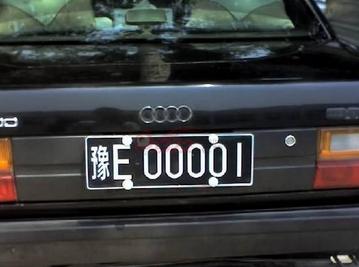 安装机动车号牌既可以直接安装到车身上,也可以通过规范的车牌架安装