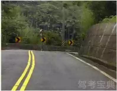 驾驶机动车通过这种路段时,应该考虑到弯道后方可能有对面驶来的车辆占用我方车道。