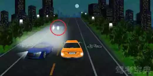 如图所示,红圈中标记车辆使用灯光的方法是正确的。