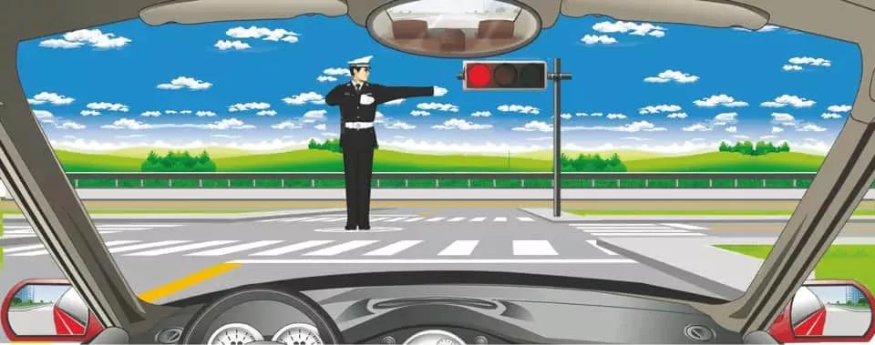 交通警察发出的是右转弯手势信号。