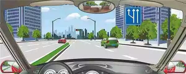 右侧标志表示前方是分流路口。