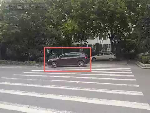 图中深色车辆在该地点临时停车是可以的。