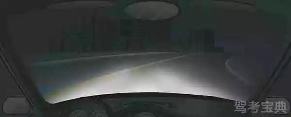 在这种急弯道路上行车应交替使用远近光灯。