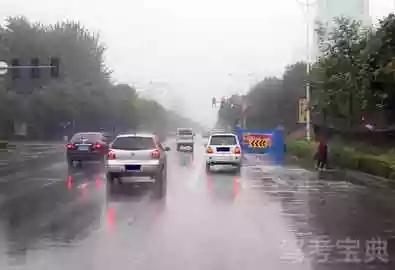 如图所示,驾驶机动车路遇右前方施工路段,应提前减速慢行。