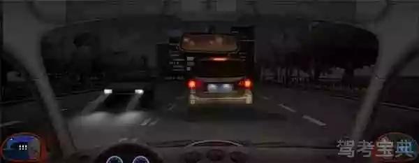 夜间在这种情况下跟车要注意观察前车信号灯的变化,随时做好减速或停车的准备。