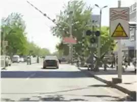 驾驶客车通过图中所示的铁路口时,应该( )。