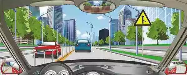 右侧标志警告前方注意右侧路口有汇入车辆。