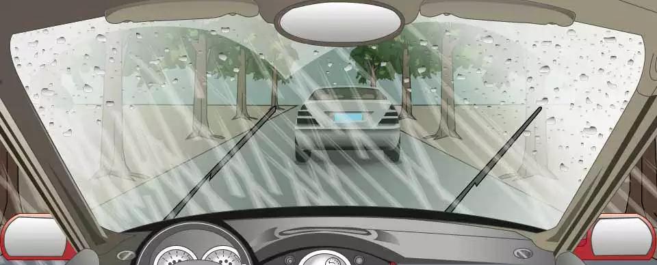 在这种大雨中,跟车行驶时使用近光灯的目的是?