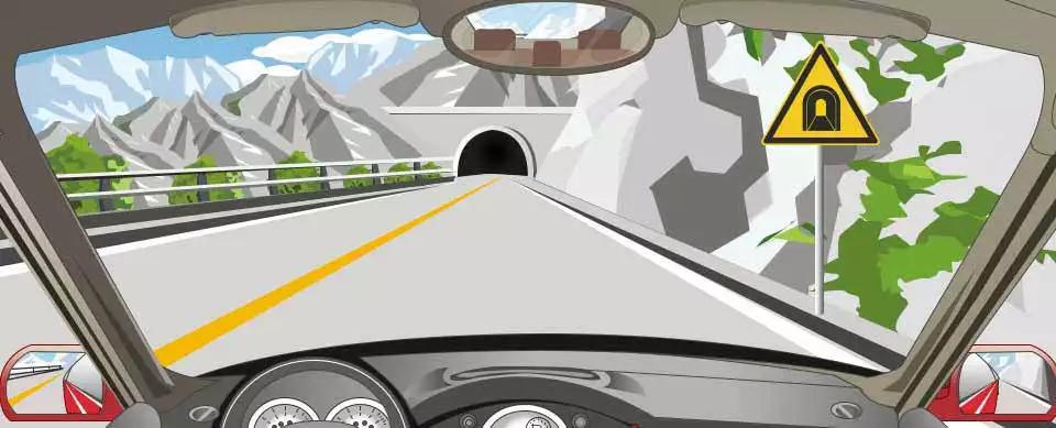 右侧这个标志提醒前方是单向行驶隧道。