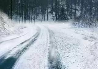 驾驶客车在积雪路面行驶时,最好( )。