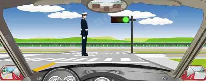 看到交通警察这种姿势时可以直行通过。