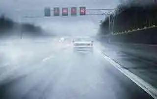 驾驶客车在图中所示的雨天路面上紧急制动或猛转方向时,易造成侧滑或行驶方向失控。