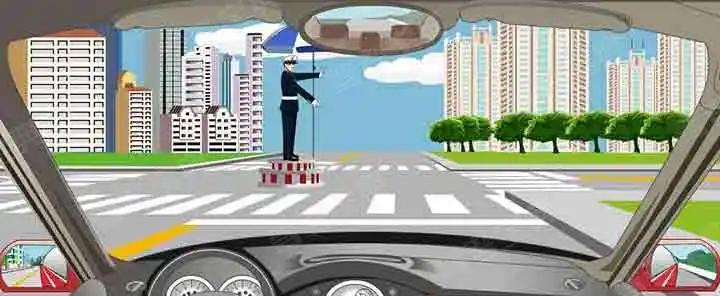 看到这种手势信号时怎样行驶?