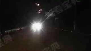 如图所示,该车在会车过程中未关闭远光灯的做法是错误的。
