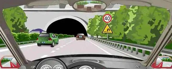 驾驶机动车进入隧道口前按照隧道口标志上规定的速度调整车速。
