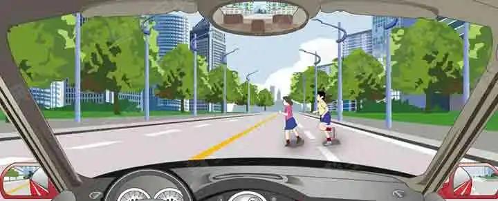 突然出现这种情况,驾驶人要及时减速或停车避让。